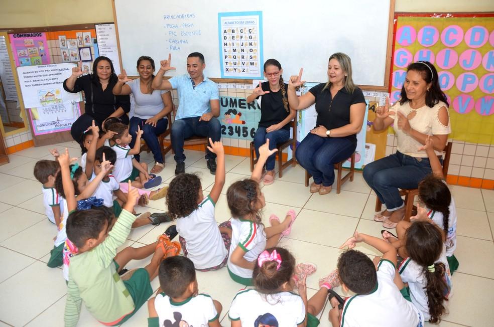 Até 2021, as 86 escolas devem ter os profissionais — Foto: Lu Oliveira/Centro de Multimeios