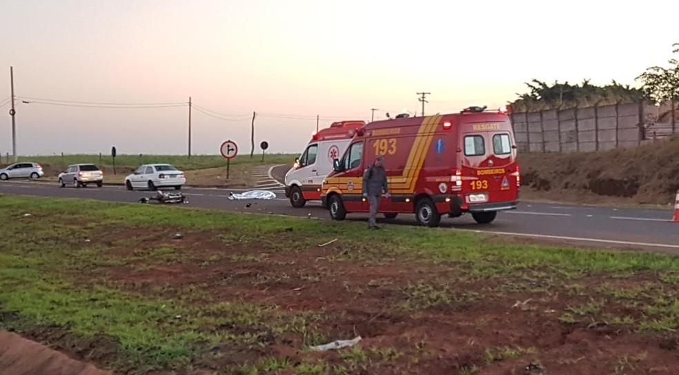 Motociclista morreu no local da batida e seu corpo ficou caído na pista da rodovia que liga Jaú a Dois Córregos — Foto: Tem Coisas que só Acontecem em Jaú/Divulgação