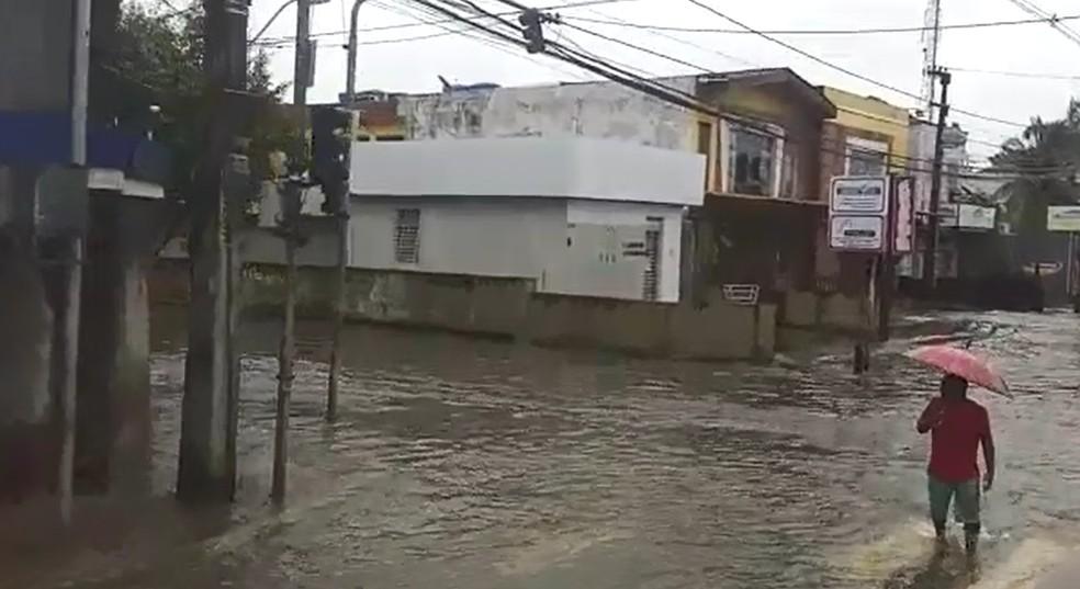 Avenida Doutor José Rufino, em Areias, na Zona Oeste do Recife, está alagada nesta quarta-feira (24) — Foto: Reprodução/WhatsApp