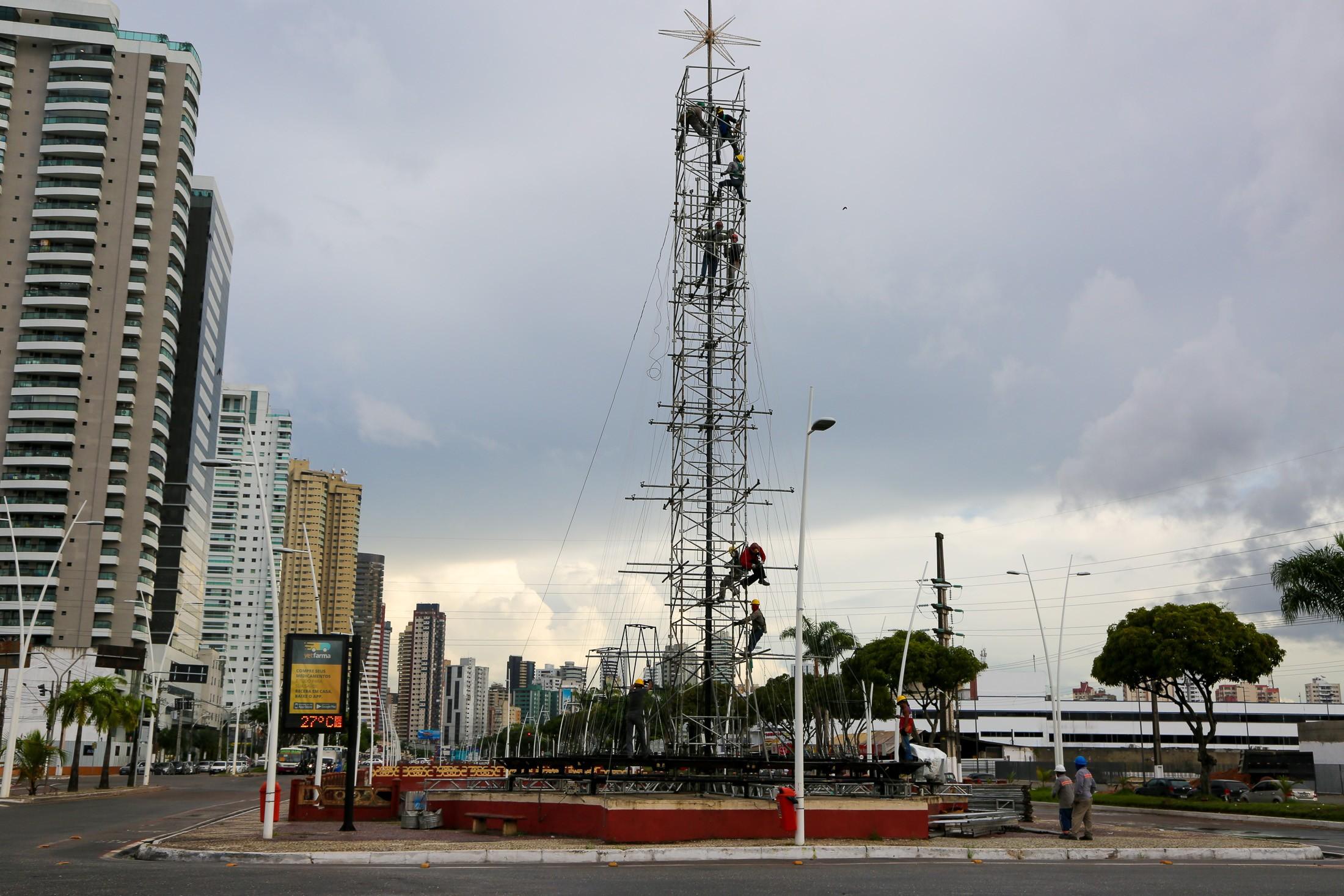 Prefeitura instala árvore de Natal de 25 metros em Belém - Noticias