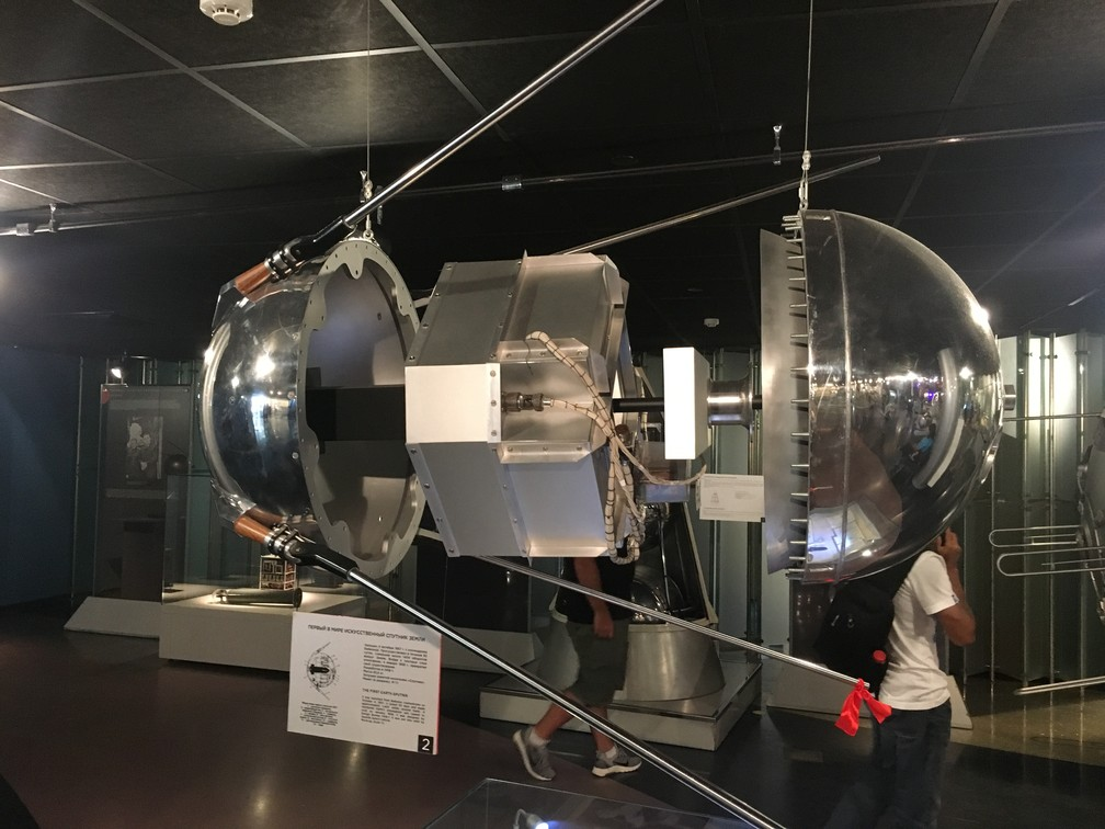 Reprodução do primeiro Sputnik, lançado do cosmódromo de Baikonour em 4 de outubro de 1957. (Foto: G1/Adriane Schultz)