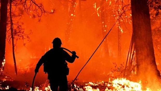Uma série de modelos tenta prever os locais de ocorrência e a intensidade dos incêndios (Foto: Josh Edelson/Getty Images via BBC)