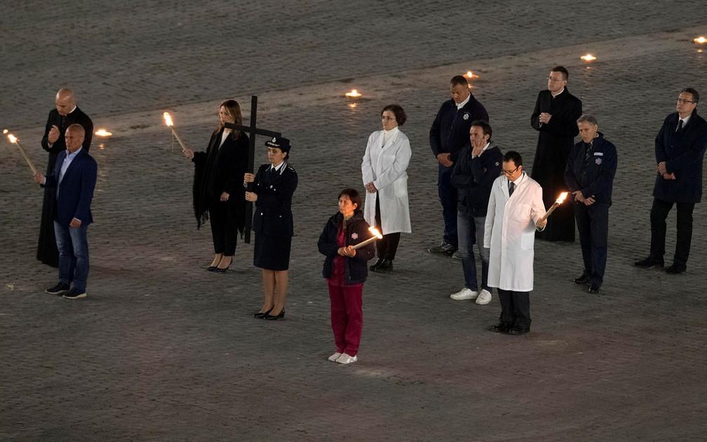 Médicos e enfermeiros do Vaticano acompanham procissão de Via Crucis durante a celebração da Sexta-Feira Santa em frente a basílica de São Pedro, no Vaticano, em 10 de abril — Foto:  Claudio Peri/Pool via Reuters