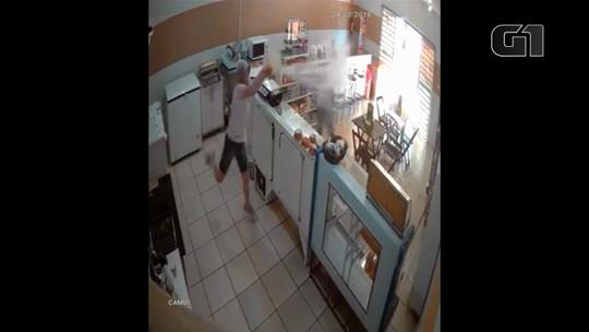 Para evitar assalto, mulher surpreende ladrão com balde de água; ASSISTA