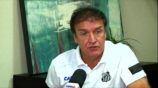 """Confiante em título, Cuca pede tempo e apoio à torcida do Santos: """"Eu voltei porque tinha uma dívida"""""""