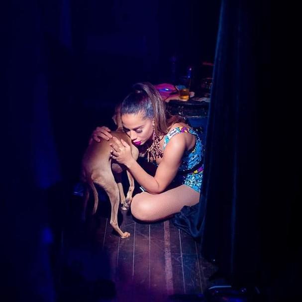 Anitta e Plínio, seu cachorro e fiel companheiro (Foto: Reprodução / Instagram)