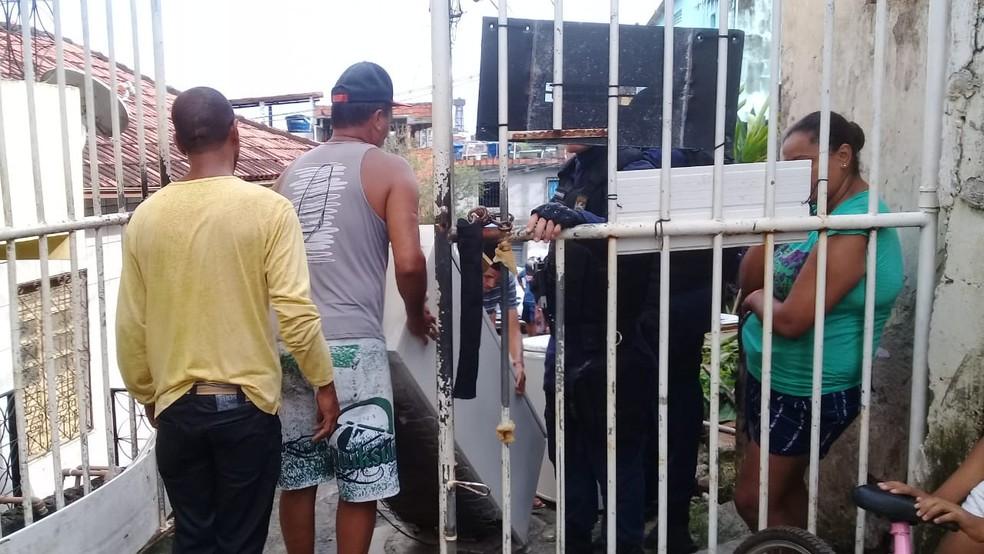 Casas em área de risco foram notificadas e moradores deixaram local  — Foto: Cid Vaz/TV Bahia