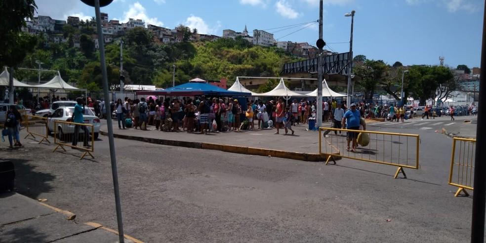 Movimento de passageiros no Terminal de São Joaquim, em Salvador — Foto: Vanderson Nascimento/TV Bahia