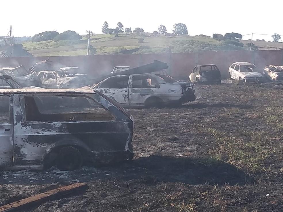 Incêndio atinge pátio de veículos em Itaí e equipes dos bombeiros de Avaré são mobilizadas — Foto: Corpo de Bombeiros/Divulgação