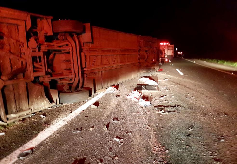 Ônibus ficou no acostamento e interrompeu parcialmente um das pistas da Raposo Tavares (Foto: Corpo de Bombeiros/Divulgação)