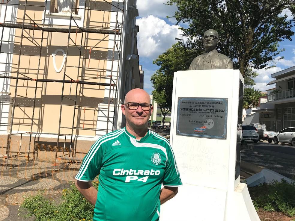 Edmilson Guimarães posa ao lado do busto feito ao padre João (Foto: Murilo Borges)