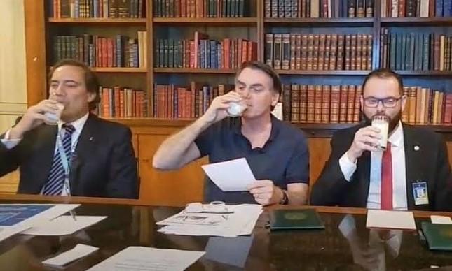 Bolsonaro toma leite em transmissão ao vivo