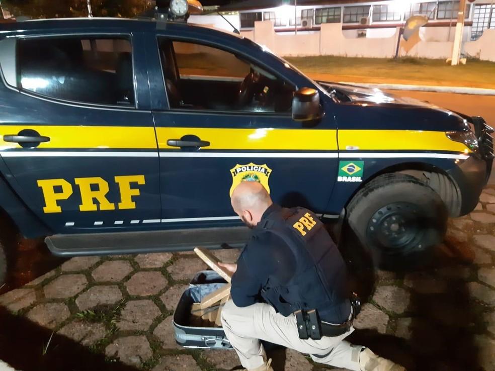 Droga foi descoberta após suspeito demonstrar nervosismo — Foto: PRF/Divulgação
