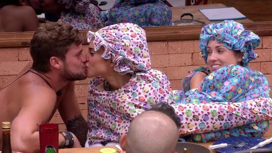 Paula e Breno se beijam e Jéssica observa