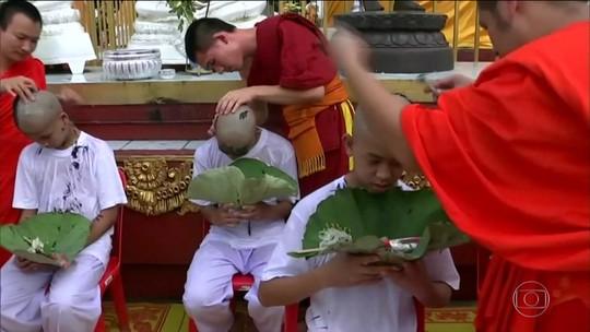 Meninos da Tailândia abraçam o budismo e vão para retiro espiritual