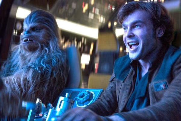 O ator Alden Ehrenreich com o wookie Chewbacca em cena de Han Solo: Uma História Star Wars (Foto: Reprodução)