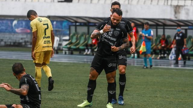 Alan Calbergue comemora um dos gols do Paysandu no Mangueirão