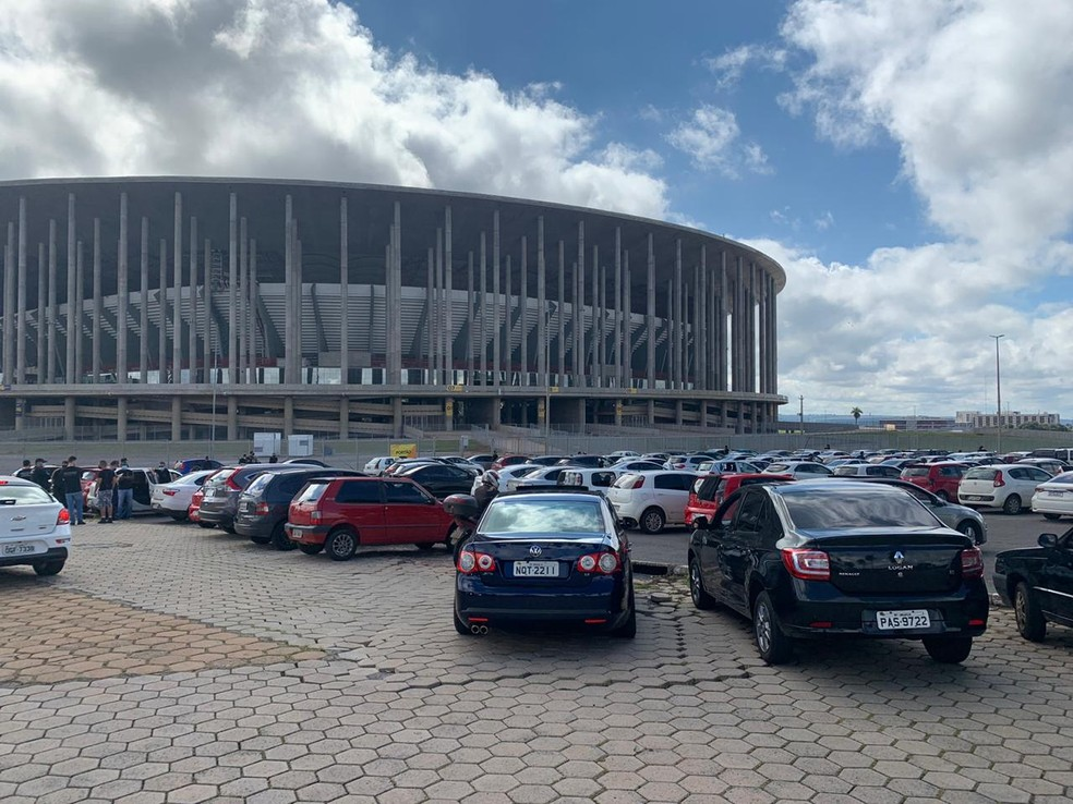 Policiais penais do DF se concentram no Estádio Mané Garrincha  para carreata e memória de agente morto por Covid-19 — Foto: Artur Bernardi/TV Globo