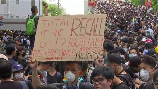 Milhares de manifestantes tomam as ruas de Hong Kong