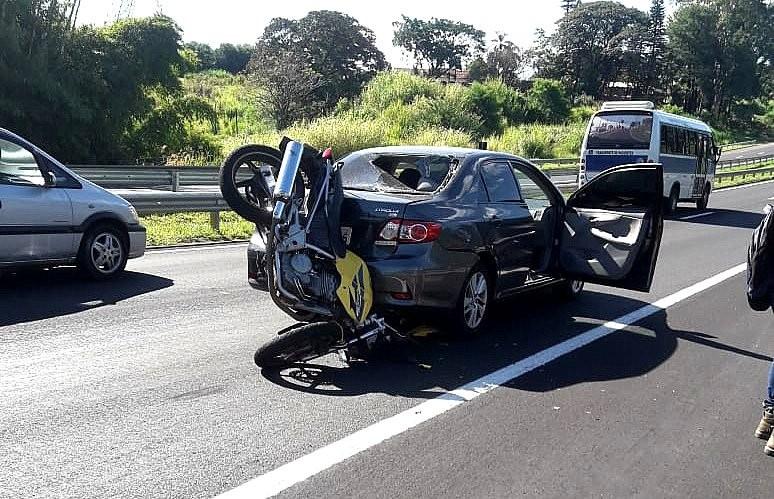Moto fica cravada em carro após batida na rodovia João Ribeiro de Barros em Marília