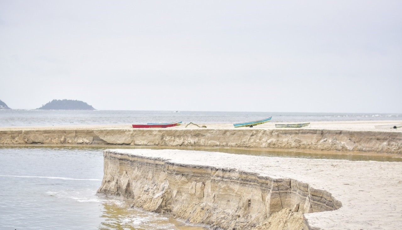 Moradores registram fenômeno conhecido como 'rolar da praia', com deslizamento de faixa de areia, em Guaratuba