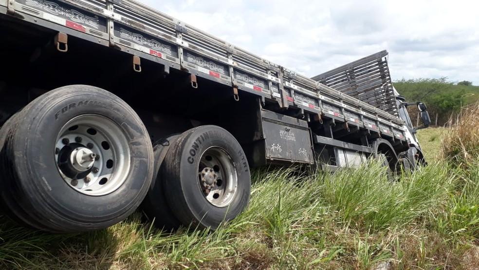 Motorista teria perdido o controle do caminhão e batido na van — Foto: Cedida