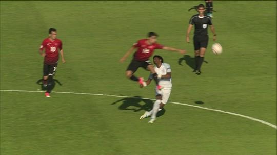 """Jogador inglês leva """"bundada"""" e cai desacordado na Eurocopa sub-17; assista"""