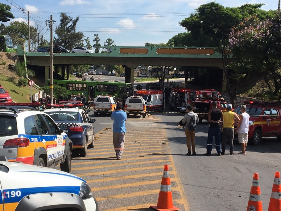 Ônibus cai de viaduto em Contagem, na Grande BH  — Foto: Divulgação/Polícia Militar
