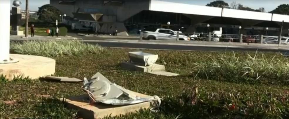 Três refletores são depredados em avenida de Ponta Grossa — Foto: Reprodução/RPC