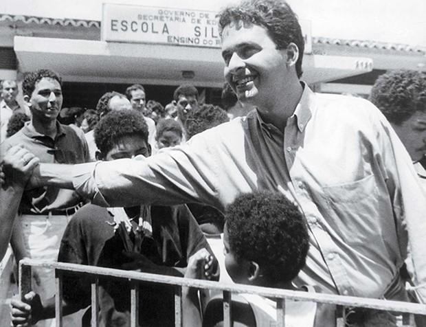 03/10/1992. Crédito: Carlos Teixeira/DP/D.A Press. Brasil. Recife - PE. Eduardo Campos, candidato a prefeito do Recife, cumprimenta populares. (Foto: Carlos Teixeira/DP/D.A Press)