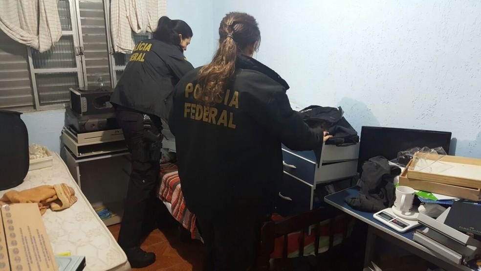 Polícia cumpriu mandado de busca e apreensão na casa do falso fotógrafo preso na Grande SP (Foto: Imagens cedidas pela PF)