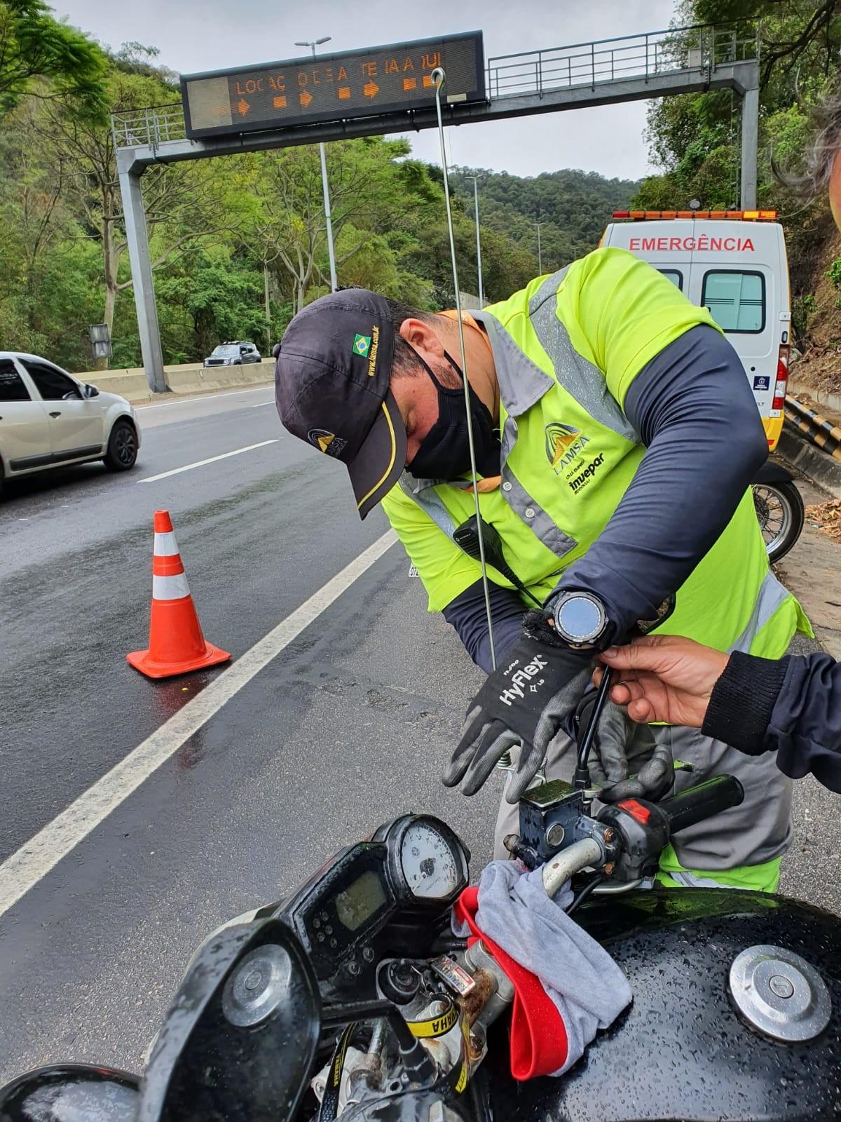 Linha Amarela realiza operação para distribuir antenas para proteger motociclistas de linhas de pipa