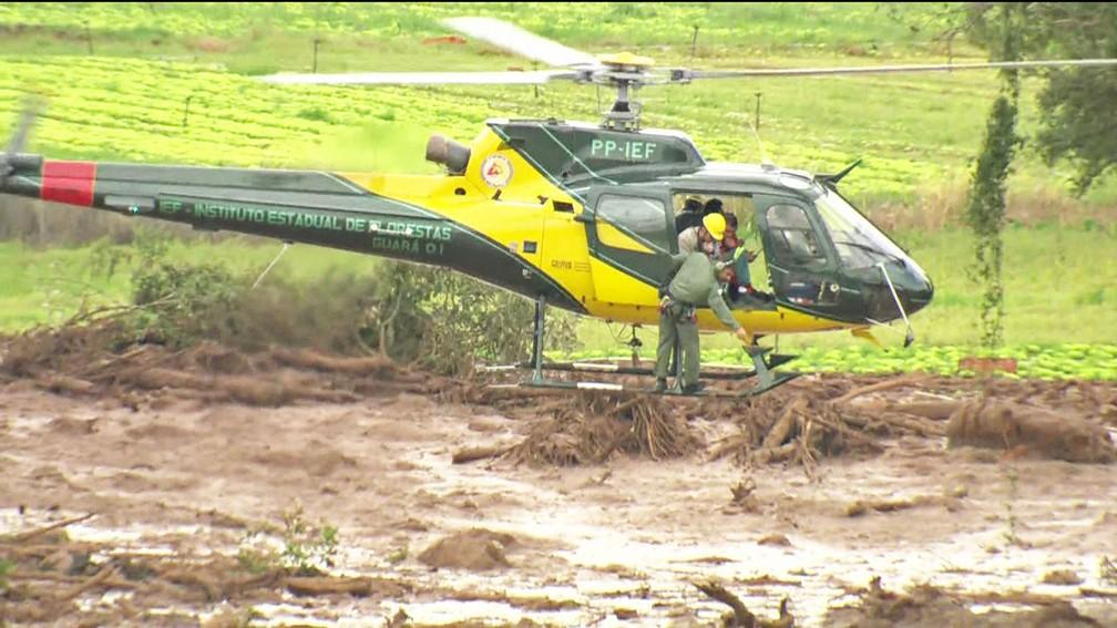 Helicóptero faz trabalho de resgate em área atingida por lama após rompimento por barragem em Brumadinho — Foto: Reprodução/TV Globo