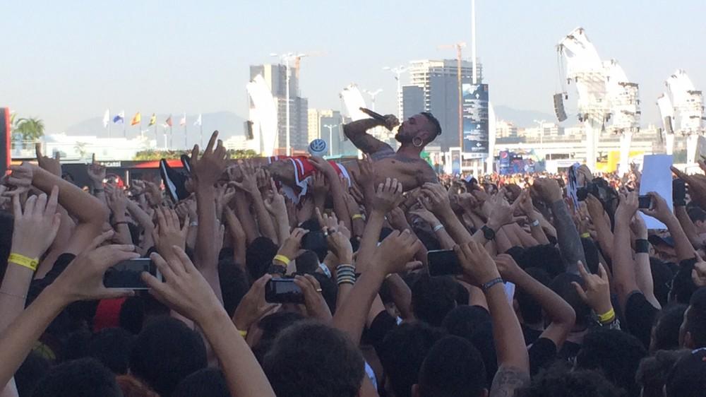 Fábio Figueiredo, vocalista da banda John Wayne, pula na plateia durante show na abertura do Palco Sunset