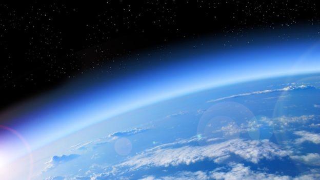 A camada de ozônio protege dos efeitos nocivos da radiação solar e fica de 25 km a 30 km da superfície da Terra  (Foto: Getty Images via BBC)