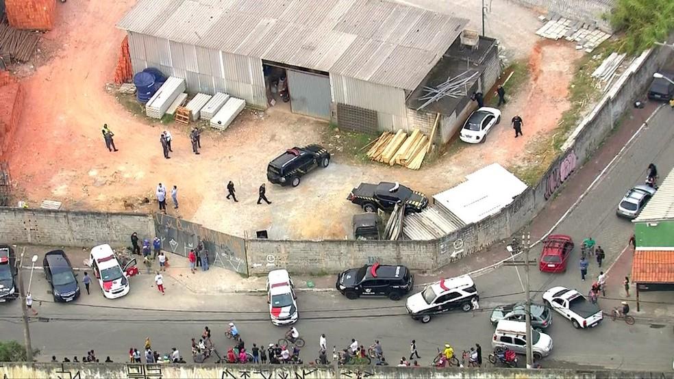 Carros clonados da PF foram abandonadas no pátio de um depósito de materiais de construção no Jardim Pantanal, extremo da Zona Leste de São Paulo  — Foto: Reprodução / TV Globo