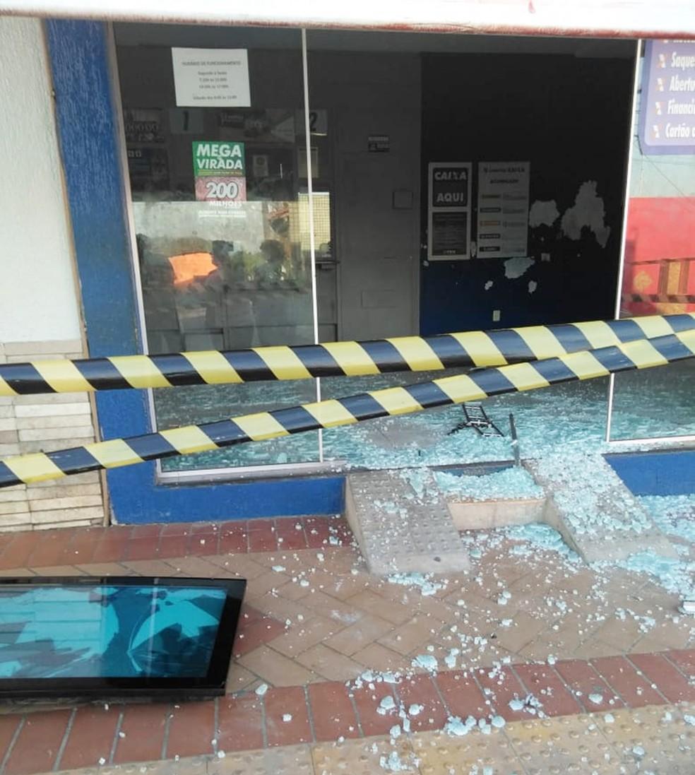 Vidraça da lotérica de Brejinho foi quebrada pelos criminosos — Foto: Redes sociais