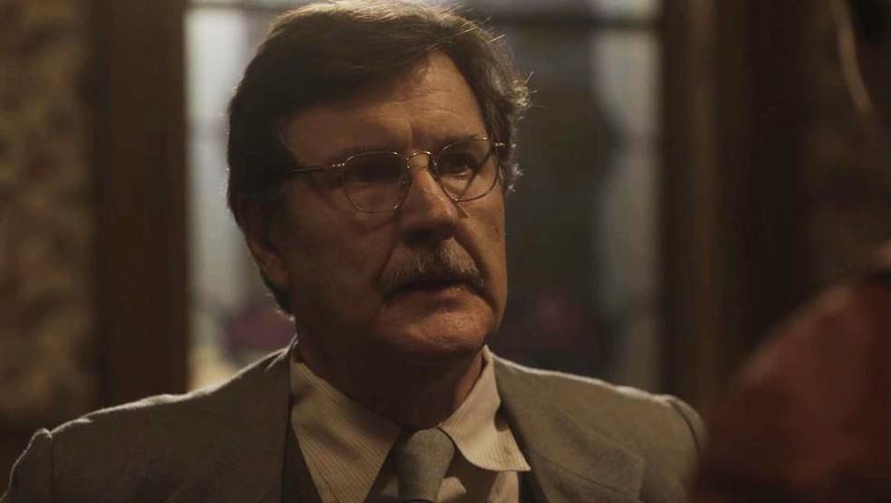 Júlio (Antonio Calloni) mente para Lola (Gloria Pires) em 'Éramos Seis' — Foto: Globo