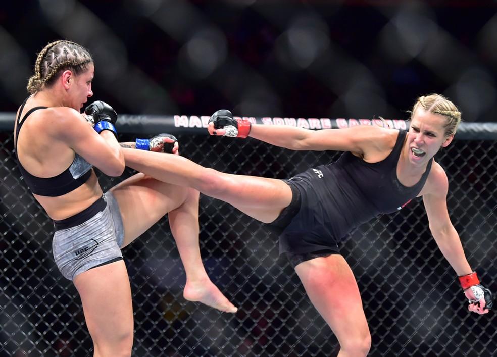 Katlyn Chookagian acerta um chute em Jennifer Maia na sua vitória no UFC 244 — Foto: Jason Silva