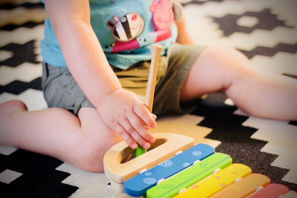 Criança brinca com jogo educativo em casa — Foto: Jelleke Vanootegh/Unsplash