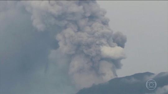 Com medo de novas erupções do vulcão Agung, aeroporto de Bali segue fechado pelo 2º dia