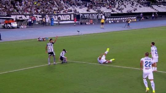 Milagre? Caído, Leo Valencia levanta imediatamente ao ver a bola. Veja o vídeo e as reações