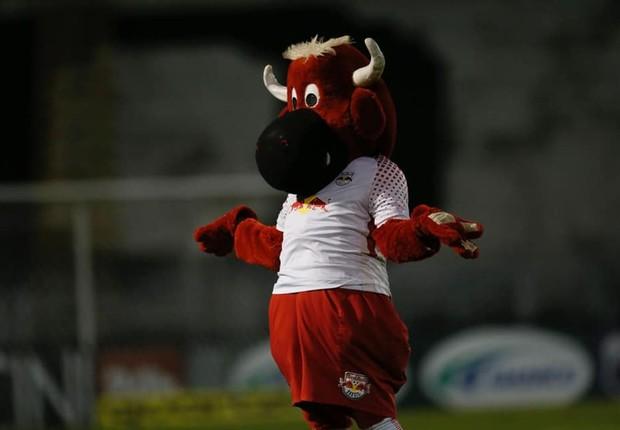 O mascote do red Bull Brasil, time de futebol que pertence à marca de neergético e agora comprou o Bragantino (Foto: Facebook/Red Bull Brasil)