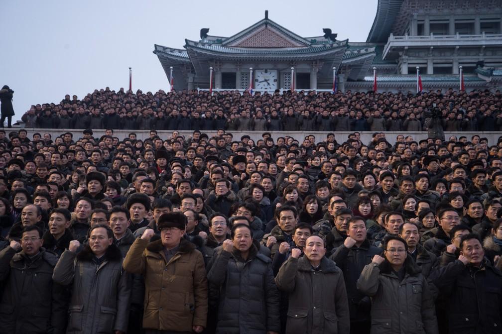 4 de janeiro - Participantes gesticulam durante uma manifestação em massa em apoio ao discurso de ano novo feito pelo líder norte-coreano Kim Jong-Un na Praça Kim Il-Sung em Pyongyang, na Coreia do Norte (Foto: Kim Won-Jin/AFP)