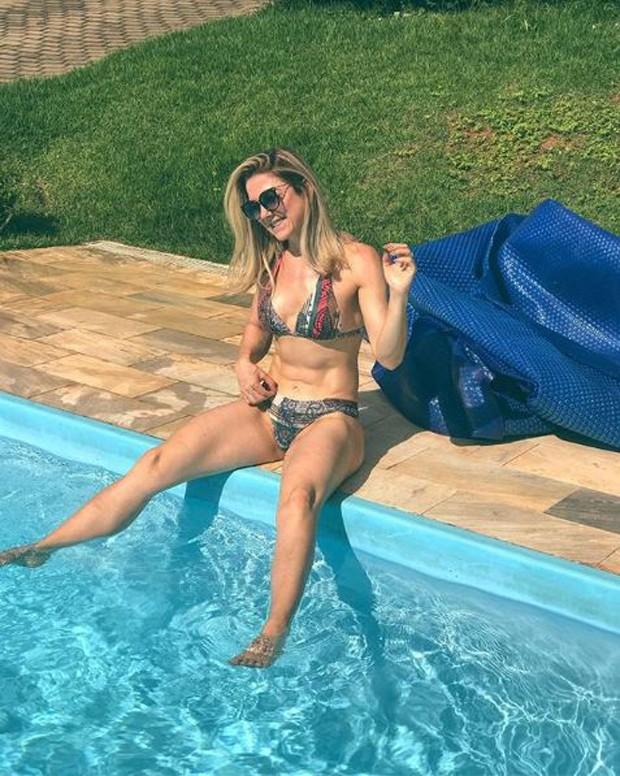 """Karina Lucco, mãe de Lucas Lucco, exibindo o seu abdômen """"tanquinho"""" (Foto: Reprodução/Instagram)"""