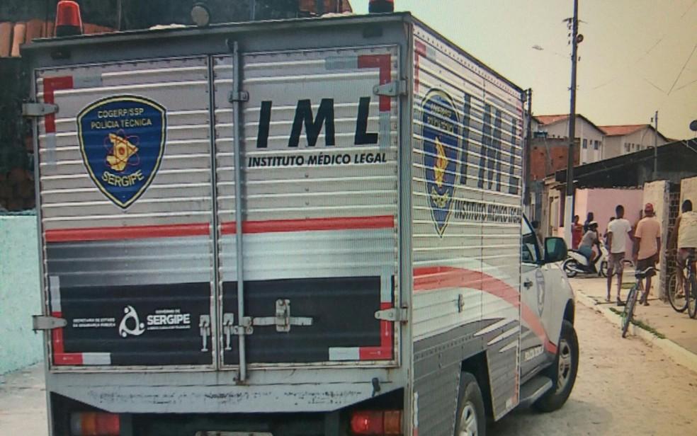 Carro do Instituto Médico Legal de Sergipe (Foto: Reprodução/TV Sergipe)