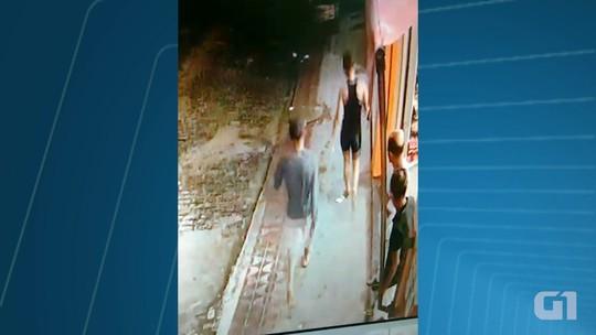 Jovem é agredida ao tentar impedir que assaltante desarmado roube celular na BA; vídeo mostra ação