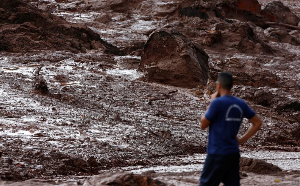 Trabalhador da equipe de resgate observa a lama depois do rompimento da barragem da Vale em Brumadinho. — Foto: Adriano Machado/Reuters