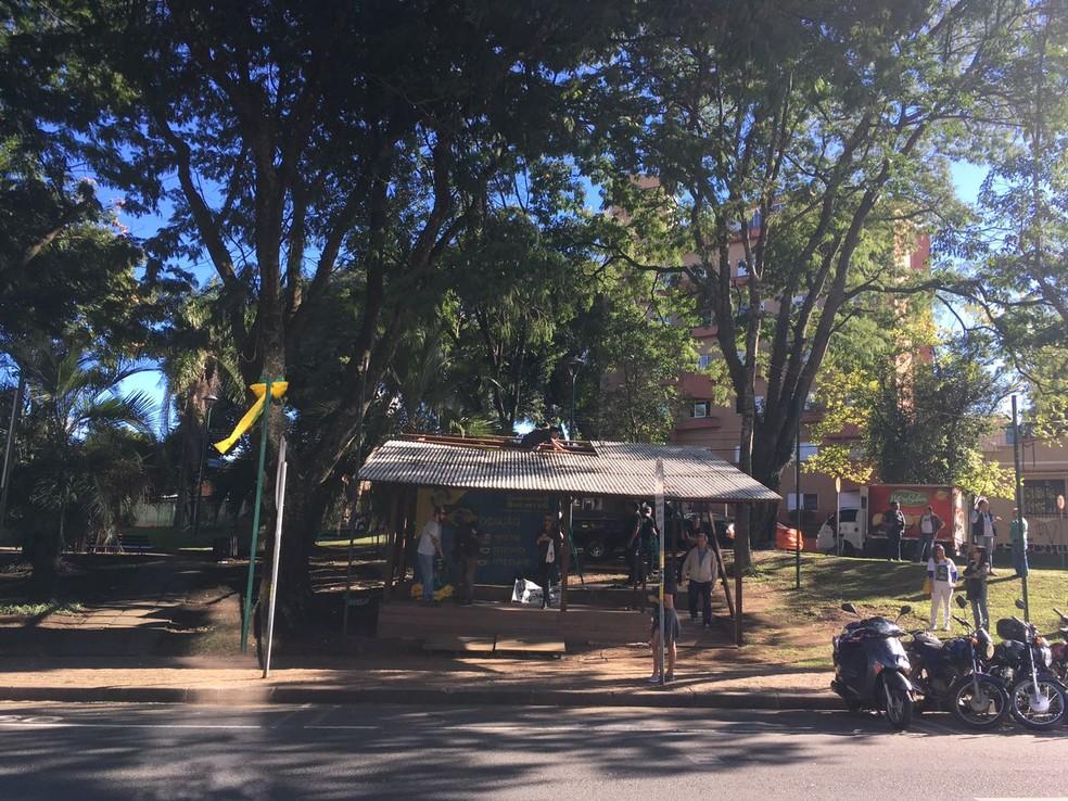 Após liminar, movimento Curitiba contra a Corrupção desmonta acampamento em frente à Justiça Federal (Foto: Isabela Camargo/ Globo News)