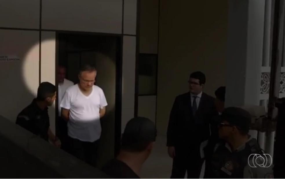 O juiz eclesiástico Tiago Wenceslau, preso na Operação Caifás, que apura desvio de mais de R$ 2 milhões em dízimos da Diocese de Formosa (Foto: Reprodução/TV Anhanguera)